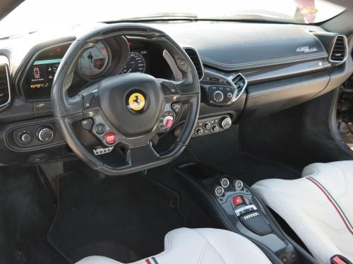 Noční jízda ve Ferrari